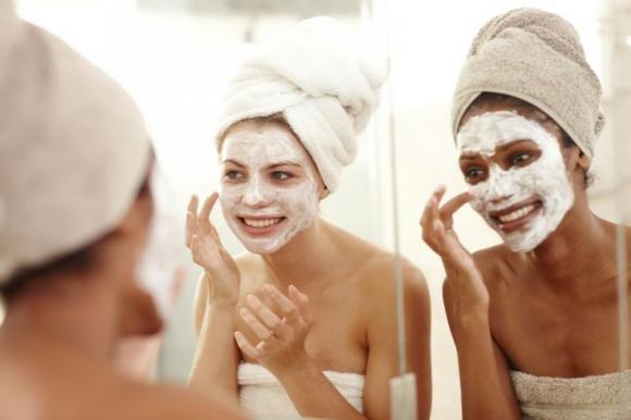 Scrub viso fai da te: come prepararlo e consigli per usarlo correttamente