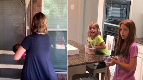 Mamma e papà portano a casa la sorellina adottiva: ecco la reazione della figlia con i capelli rossi