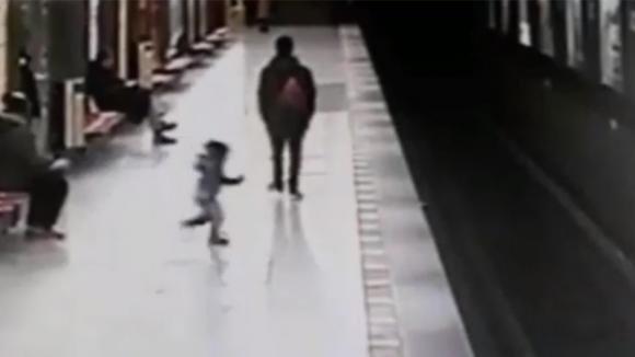La mamma si distrae e il bimbo cade sui binari: quello che accade poco dopo è da brividi