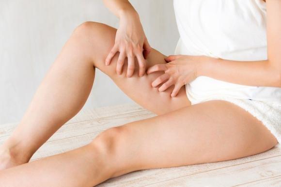 Prurito alle gambe: cause e alcuni rimedi naturali