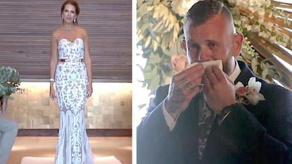 Lo sposo aspetta con ansia sull'altare: scoppia in lacrime quando la sposa inizia a fare dei gesti con le mani