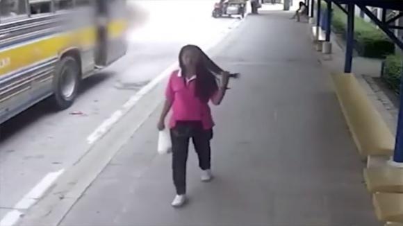 L'autobus arriva alla fermata: la telecamera di sorveglianza riprende una scena da brividi