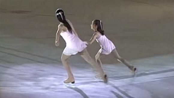 Parte la musica e le atlete iniziano a pattinare: la loro esibizione è davvero mozzafiato