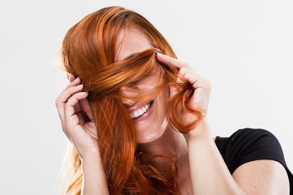 Bagno di colore ai capelli: cos'è e come farlo