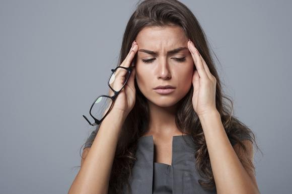 Emicrania con aura: sintomi principali, cura e i rimedi naturali