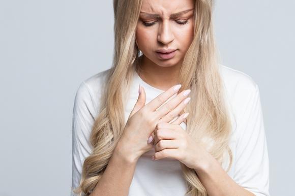 Dolori alle dita delle mani: le cause, le cure e i rimedi