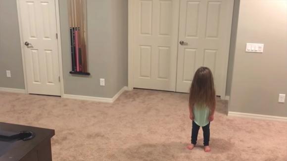 La bimba vuole ballare: con i suoi 3 fratelli crea un ballo a cui non potrete resistere