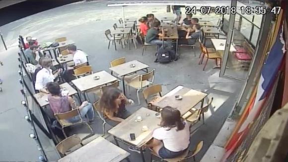 Parigi, uno sconosciuto molesta e schiaffeggia una donna davanti a tutti
