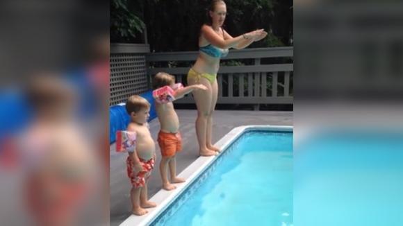 La mamma insegna ai bambini a tuffarsi: ma guardate bene cosa fa il più piccolo