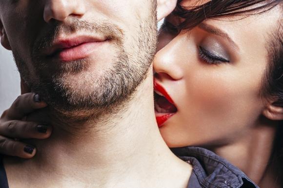 Baci sul collo per sedurlo: tecniche e consigli