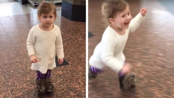 """Porta la figlia in aeroporto con la scusa di vedere gli aerei. Poi le dice: """"Guarda là"""" ed impazzisce di gioia"""