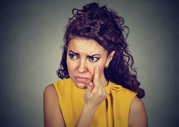 Palpebre gonfie e arrosate: cause, cure e rimedi naturali