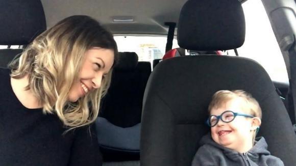 Cinquanta mamme cantano insieme ai figli affetti dalla sindrome di Down. Il video commuove il web