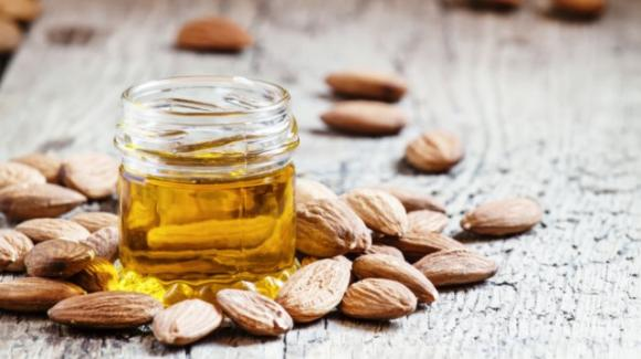 Olio di mandorle dolci: benefici, proprietà e utilizzo