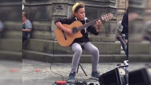 """A soli 14 anni interpreta """"Bohemian Rhapsody"""" alla chitarra lasciando tutti impressionati: lo spettacolo è virale"""
