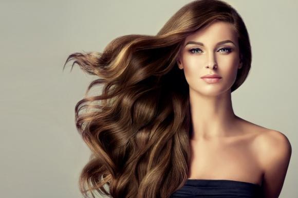 Colpi di luce su capelli castani: come farli e consigli