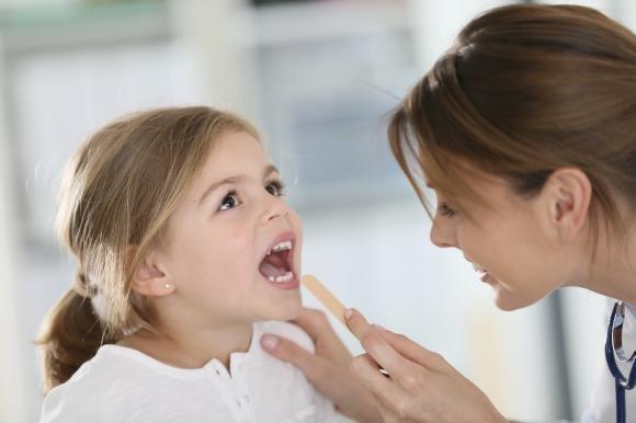 Lingua a fragola nei bambini: cause principali e cosa fare