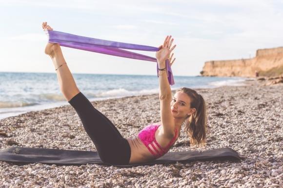 Esercizi con elastici: i migliori per gambe e glutei