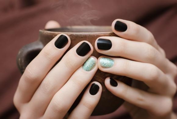 Unghie nere opache: idee alla moda e occasioni adatte