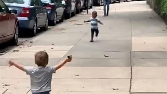 Questi bimbi non si vedevano da 2 giorni: il video che ha commosso il mondo intero