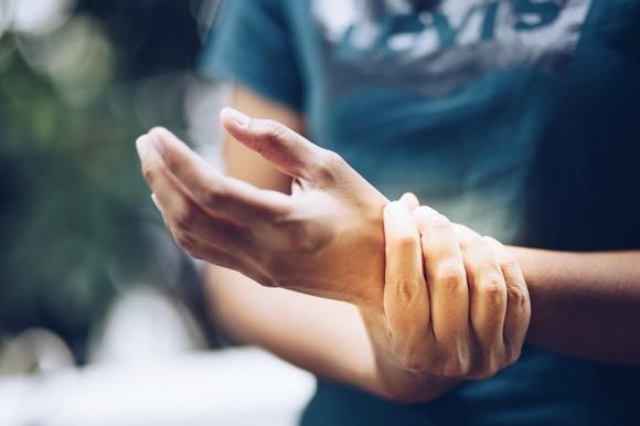 Formicolio alla mano sinistra: cause e quando preoccuparsi