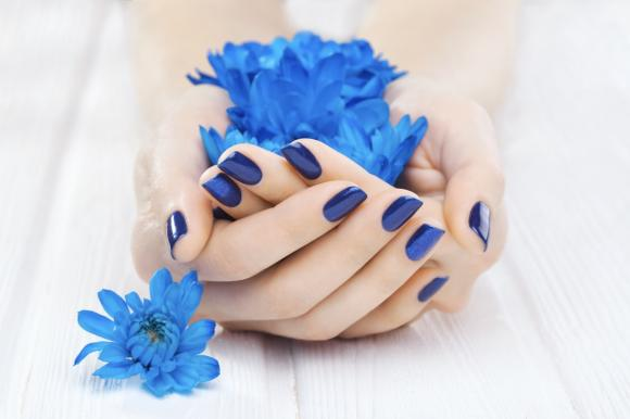 Unghie blu: idee originali e outfit adatto