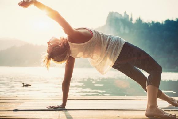 Saluto al sole: come si fa e benefici della posizione yoga