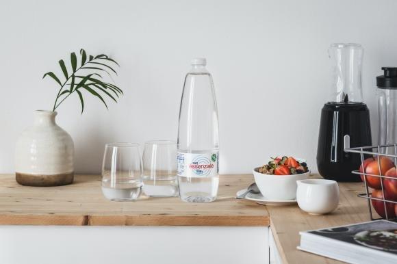 Due bicchieri d'acqua: le fondamenta per costruire una buona routine di benessere