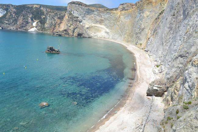 Ponza, gioiello del Mar Tirreno, splende luminosa tra le acque