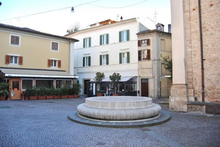Piazza San Rufo ed il Centro d'Italia a Rieti