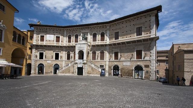 Palazzo dei Priori a Fermo