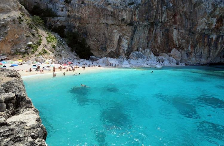 Cala Luna in Sardegna: descrizione e come arrivare in spiaggia