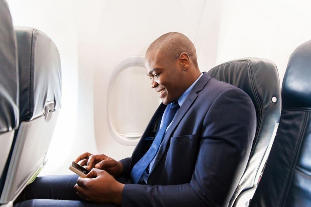 Cosa succede se non spegni il telefono in aereo