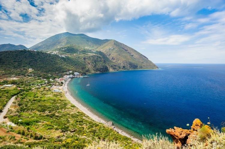 Filicudi nelle Isole Eolie: cosa vedere, spiagge e come arrivare
