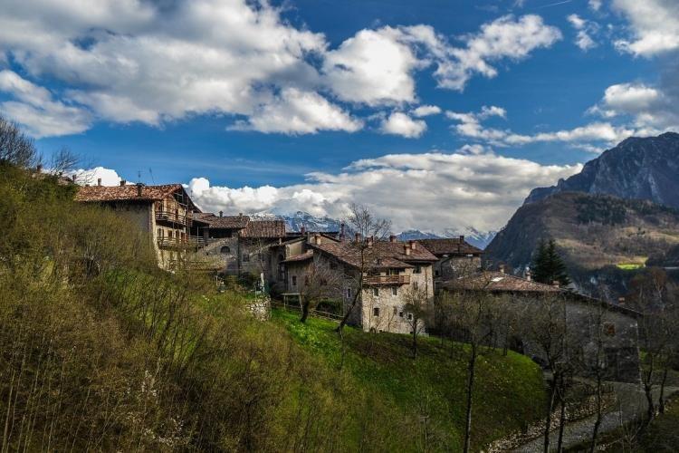 Il borgo medievale di Canale di Tenno, comune in provincia di Trento
