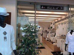 Negozio con abbigliamento tutto bianco a Sirmione (Brescia)