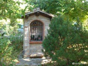 Piccola cappella in giardino