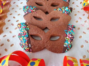 Maschere di carnevale di pasta frolla al cacao