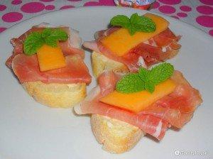 Tartine estive con prosciutto crudo e melone