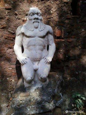 Statua della divinità egiziana Bes, presso la Porta Alchemica a Roma