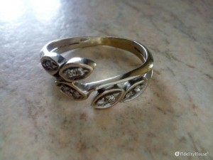 Un anello con edera intrecciata