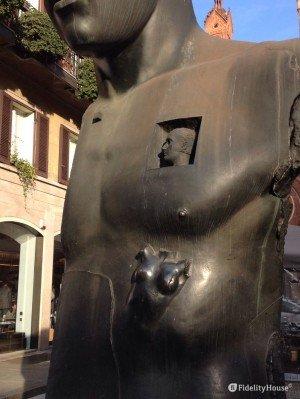 Scultura in Piazza del Carmine a Milano
