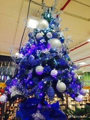 Idee per decorare l'albero di Natale solo con i colori blu e argento
