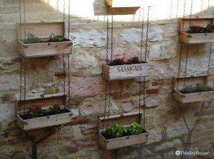Parete decorata con vasi a Spello in Umbria