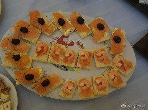 Antipasti di tartine con salmone o gamberetti