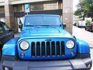 Jeep azzurra parcheggiata in città