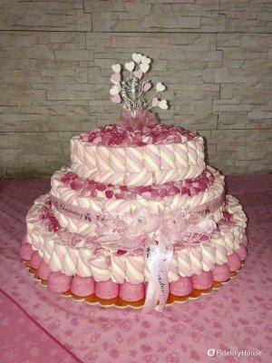 Torta di battesimo con confetti rosa e marshmallow