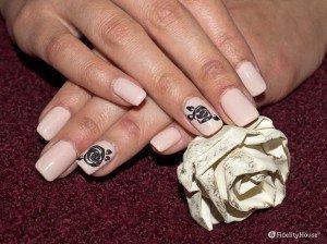 Nail art romantica con fiore rosa in sugar effect
