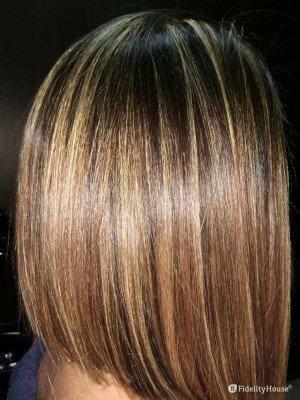 Taglio di capelli medio asimmetrico