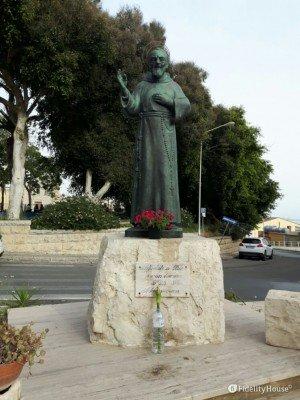 Statua di Padre Pio a Gela